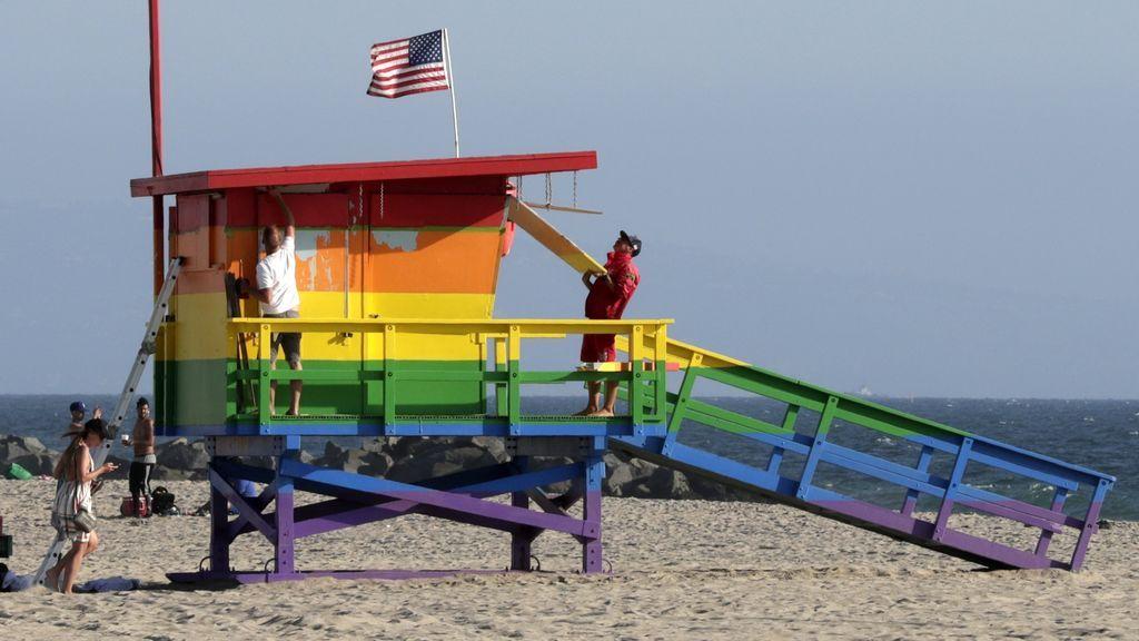 Un condado de Los Ángeles permite que la torre de socorristas siga con la bandera LGTB