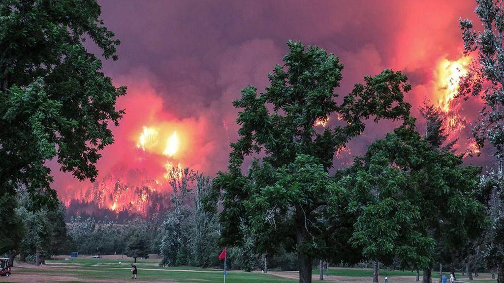 Golfistas siguen jugando a pesar de un gran incendio forestal