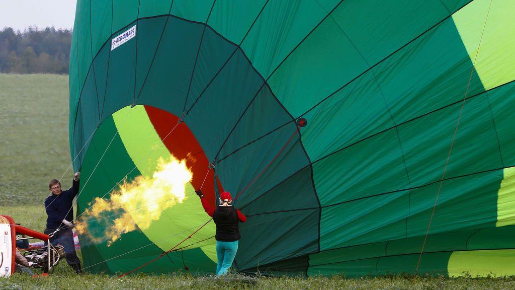 Concursantes ayudan a inflar un globo aerostático durante el 950º aniversario de la Copa del Globo en Minsk
