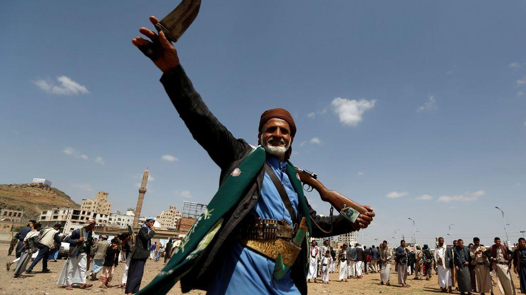 Un seguidor del movimiento chiíta Houthi baila la tradicional danza Baraa durante una ceremonia en Yemen