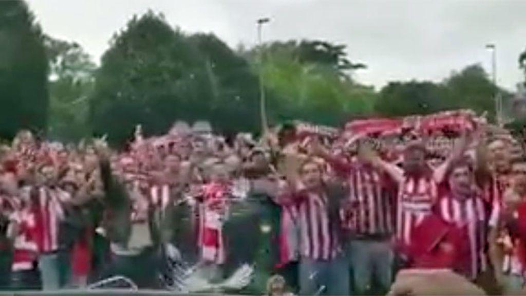Botellazos, lunas rotas, cargas policiales… Graves incidentes en el derbi entre Sporting y Oviedo catorce años después