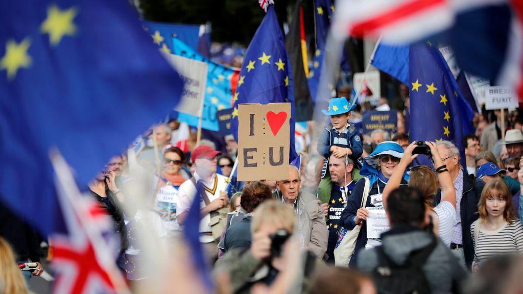 Manifestantes encabezan una marcha cerca del Parlamento Londinense durante una manifestación 'anti-brexit'.