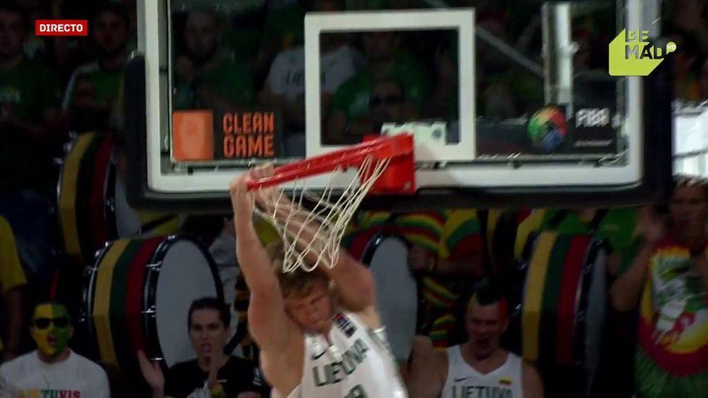 ¡Mate a lo concurso NBA! Se metió hasta la cocina para colgarse a dos manos
