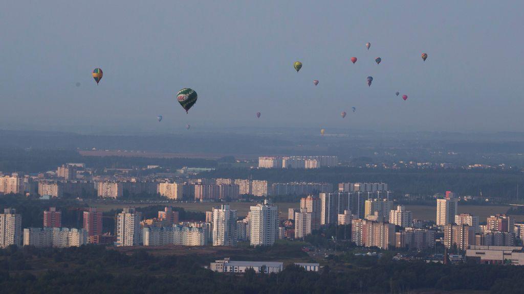 Globos aerostáticos vistos en el cielo por el 950º aniversario de la Copa del Globo en Minsk