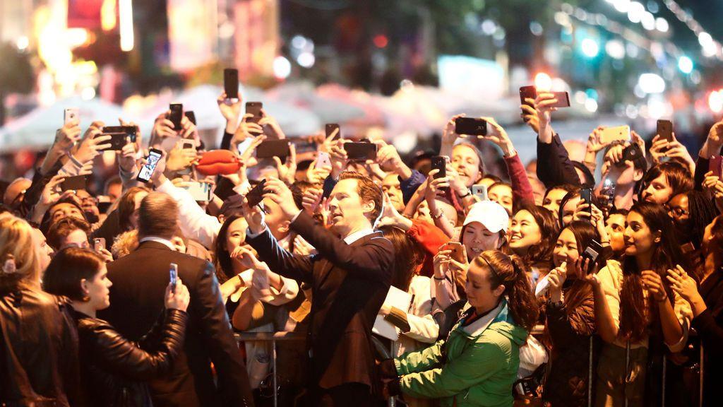 El actor Benedict Cumberbatch posa con los fans  cuando llega a la alfombra roja por la película 'the current war'
