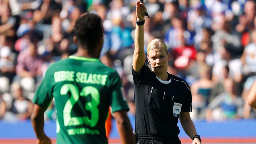 Bibiana Steinhaus hace historia en el fútbol siendo la primera mujer árbitro en la Bundesliga