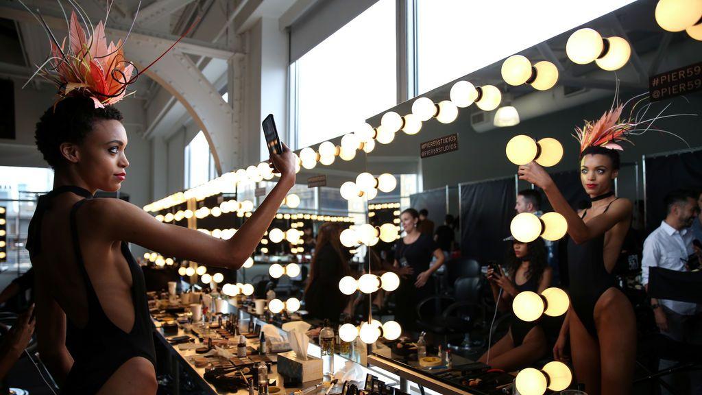 Modelo se hace un selfie durante el desfile de la colección primavera verano de Eugenia Kim