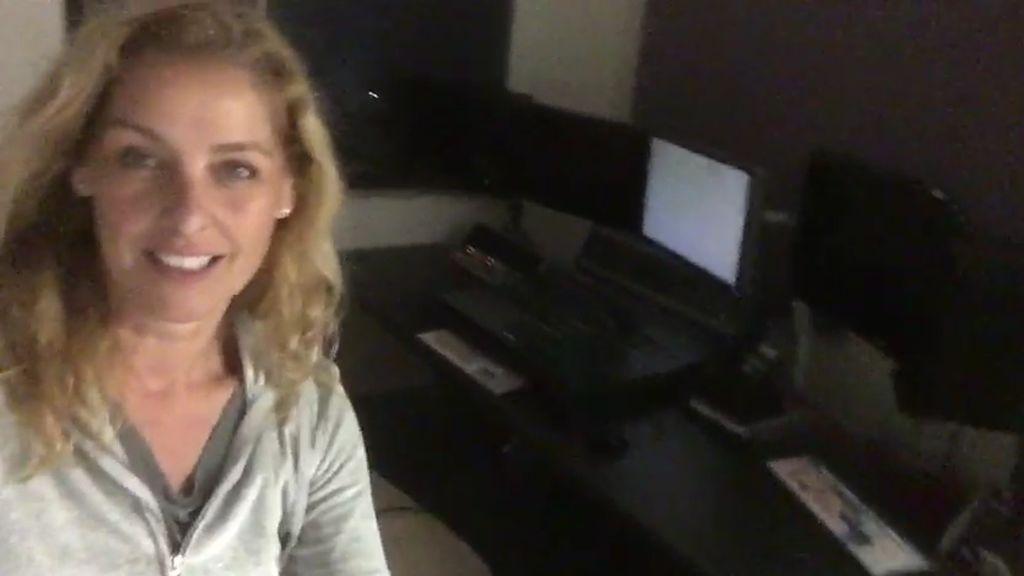 La periodista trabaja atrincherada en un estudio de edición prestado