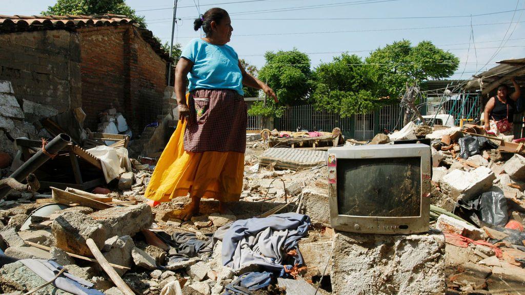 Una mujer se encuentra sobre los restos que sobrevivieron al terremoto en México