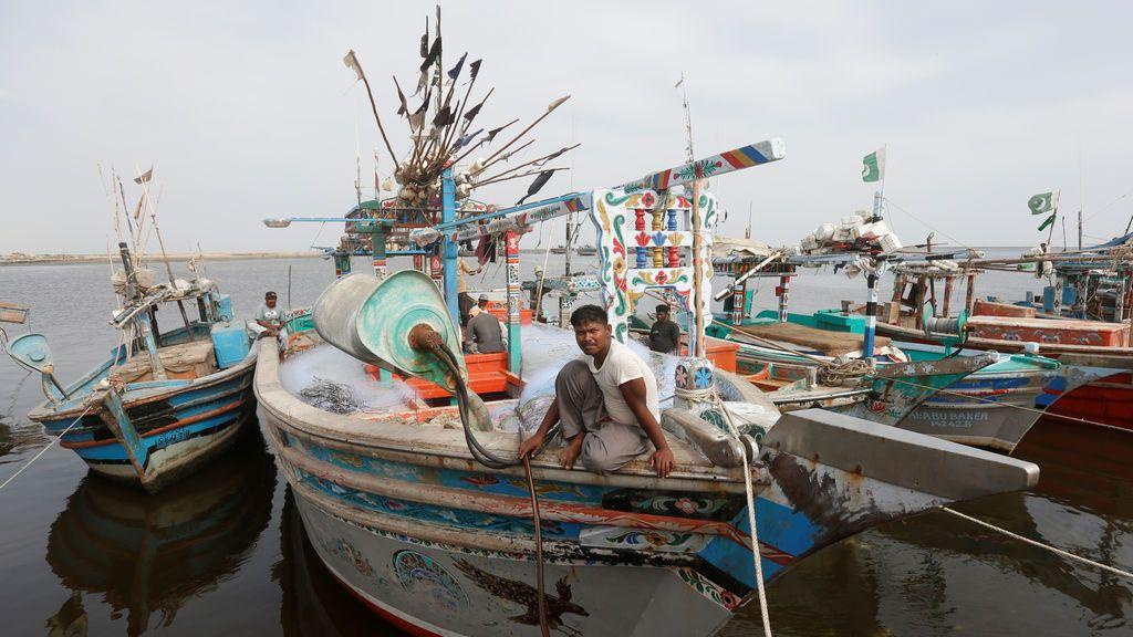El pescador Abdul Hameed, sentado sobre su barco en el puerto pesquero de Ibrahim Hydri