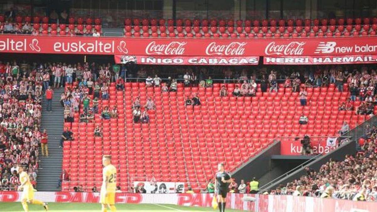 La grada de animación del Athletic se marcha de San Mamés tras una orden de retirar una pancarta en recuerdo de Iñigo Cabacas