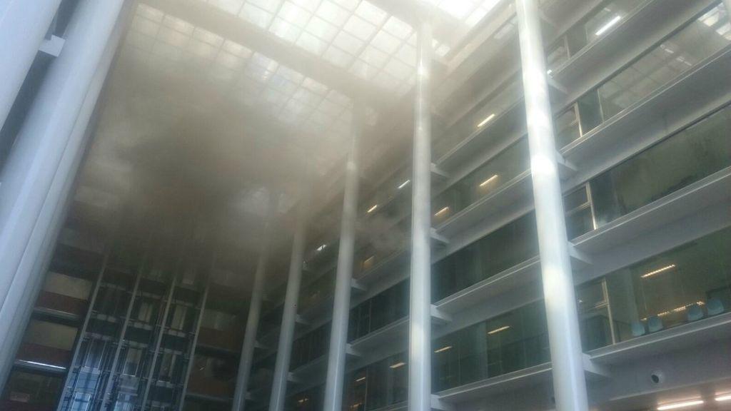 Los juzgados de Primera Instancia de Valencia arden por el fuego en la Ciudad de la Justicia