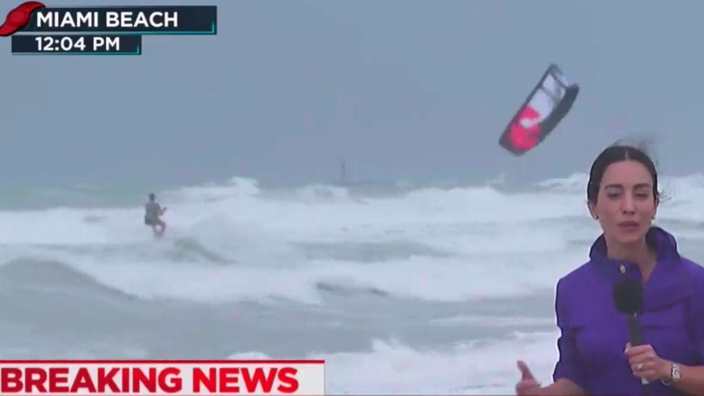 La inconsciencia de un surfista en pleno huracán 'Irma' inunda las redes de críticas