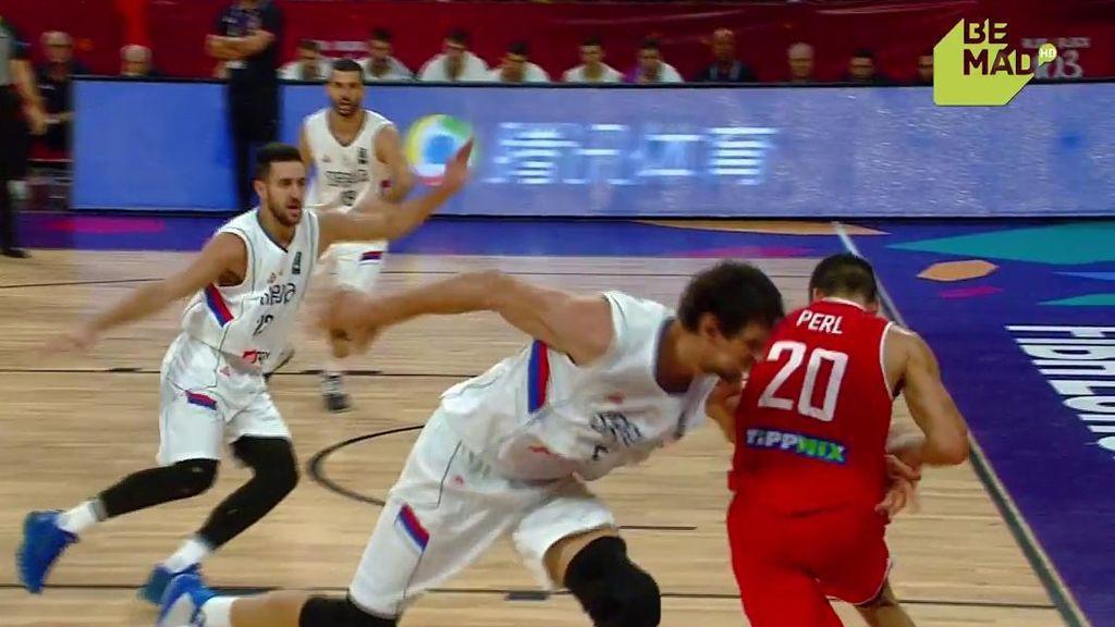 ¡Falta antideportiva de Marjanovic! El serbio le da un manotazo en el costado a Perl