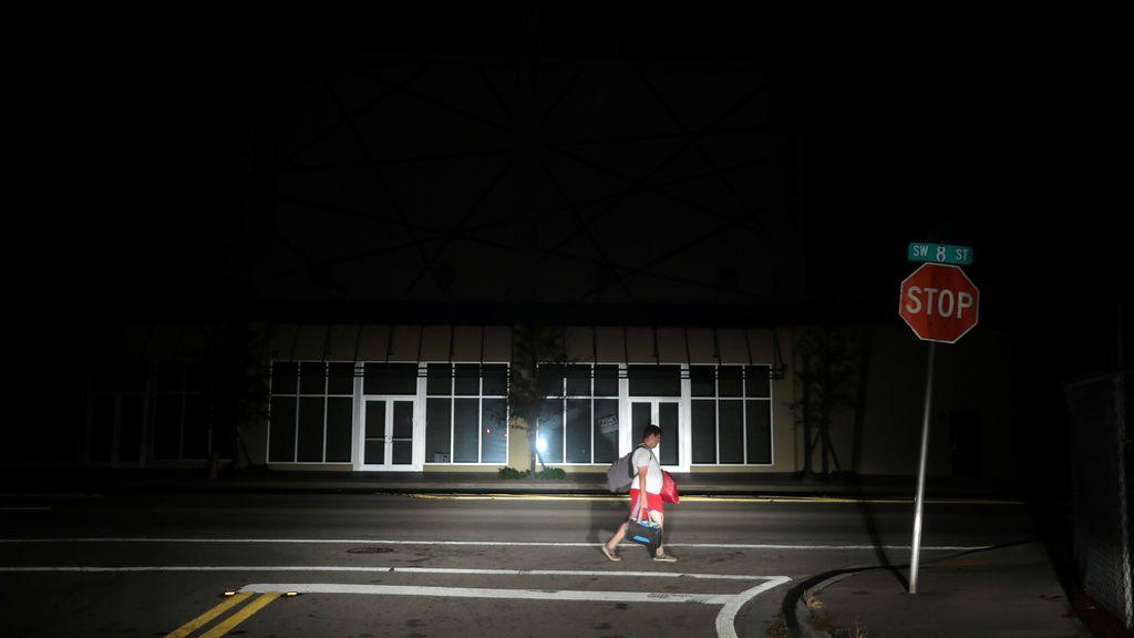Un hombre camina por las calles sin luz de Miami debido al huracán Irma