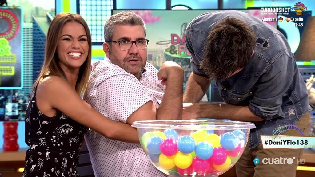"""Lara Álvarez y su desliz abrazando a Flo: """"¡No me dejáis llegar a las bolas!"""""""