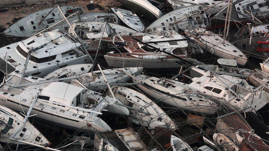 Botes destrozados por el huracán Irma vistos desde un avión desde Sint Maarten