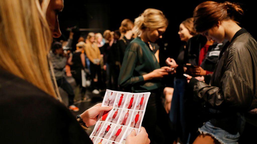 Modelos esperan a recibir órdenes en la Semana de la Moda de Nueva York