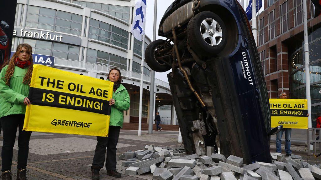 Activistas de Greenpeace se manifiestan en la entrada del Show de Motores en Frankfurt
