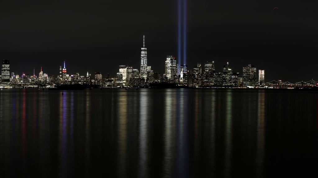 Un tributo de luces se alza sobre el perfil de la ciudad de Nueva York en conmemoración al 16º aniversario del ataque terrorista del 11-S