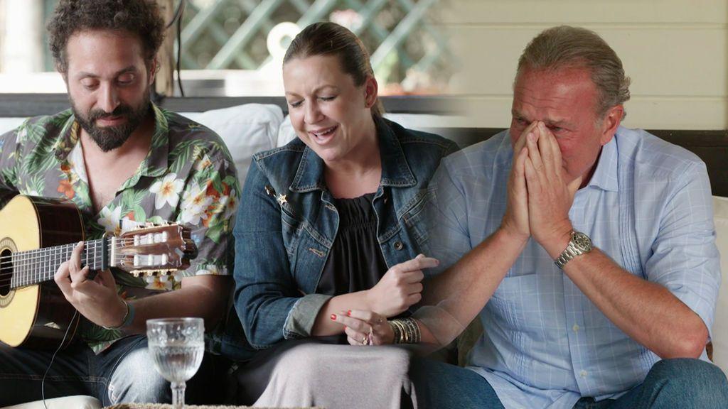 Bertín llora a lágrima viva al oír cantar a la Niña Pastori en casa de Antonio Carmona