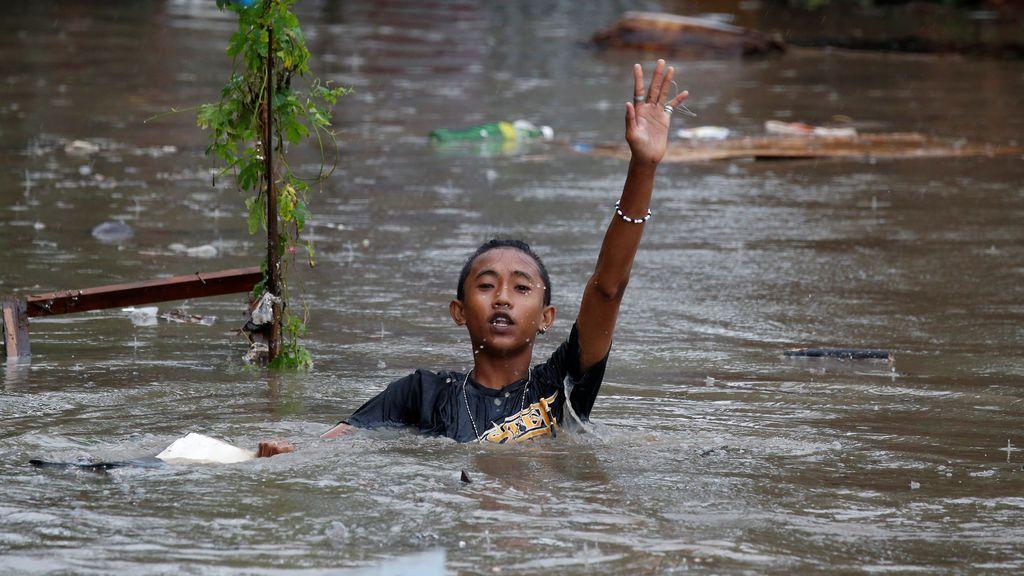 Un niño filipino camina por las calles inundadas de Bacoor, Filipinas