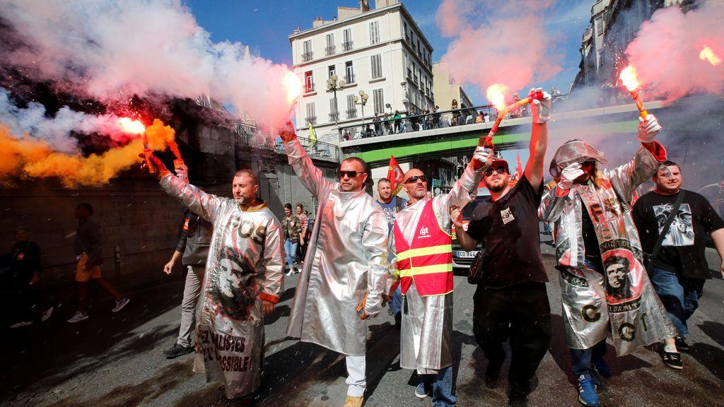 Trabajadores de acero de ArcelorMittal asisten a una huelga nacional y protestan contra las reformas laborales del gobierno en Marsella