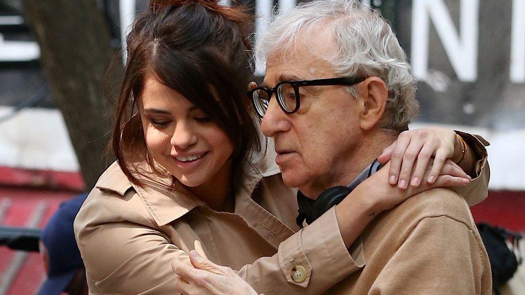 Abrazos, carcajadas y mucha química: así rueda Selena Gómez su regreso al cine con 'papá' Woody Allen