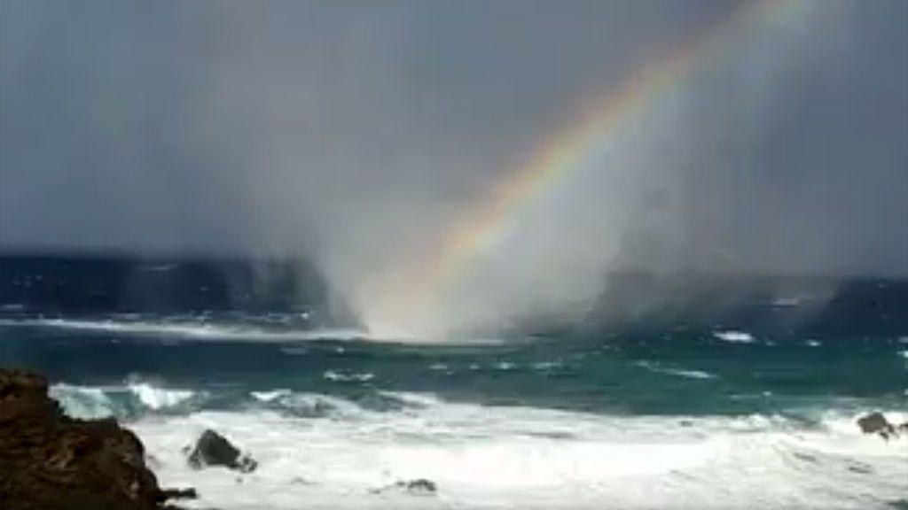 Tres fenómenos meteo en uno: ¿has visto alguna vez una tromba marina, un arcoíris y chaparrón juntos?