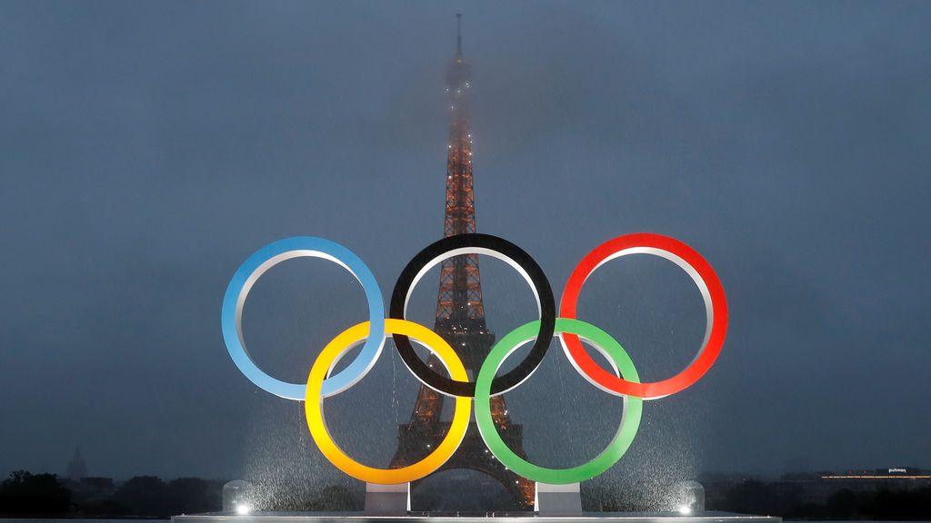 Los anillos olímpicos frente a la Torre Eiffel de París, que acogerá los Juegos Olímpicos de 2024
