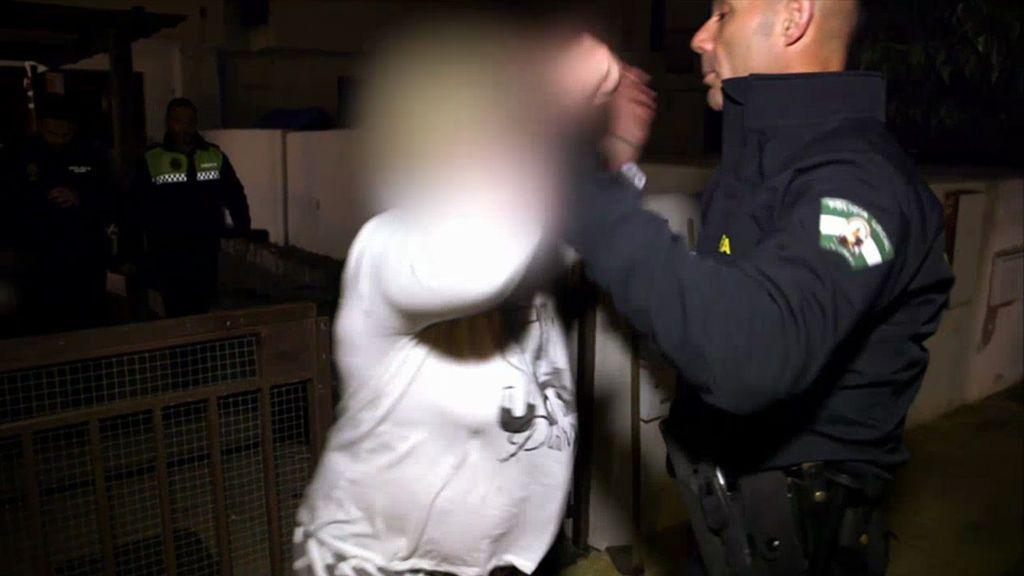 Una mujer anónima se lía a golpes contra nuestro héroe-policía, Álvaro Chacón