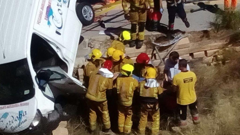 Una furgoneta queda colgando de un puente en Benidorm tras sufrir un accidente