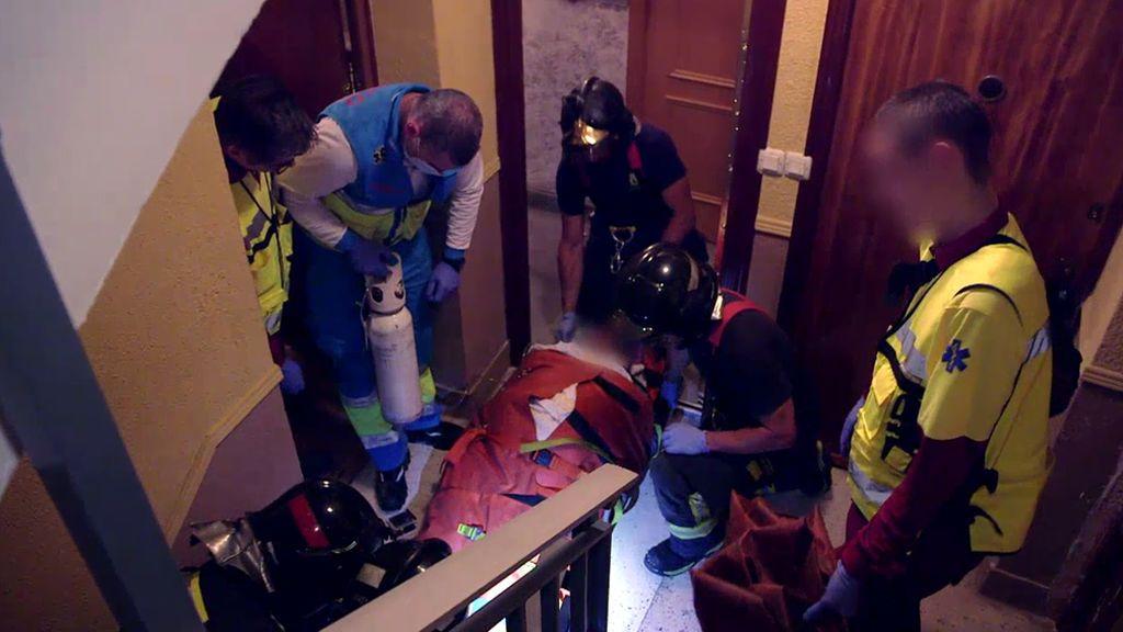 No sólo incendios: Los bomberos sacan de su casa a un hombre con obesidad mórbida