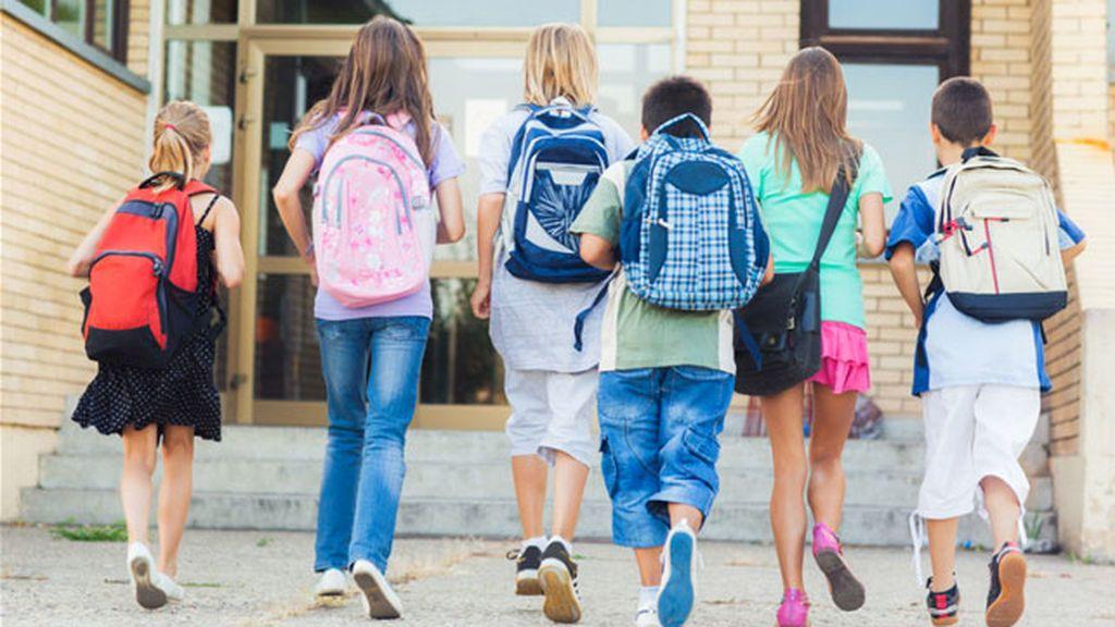 Los expertos recomiendan que las mochilas de los niños no superen el 10% de su peso