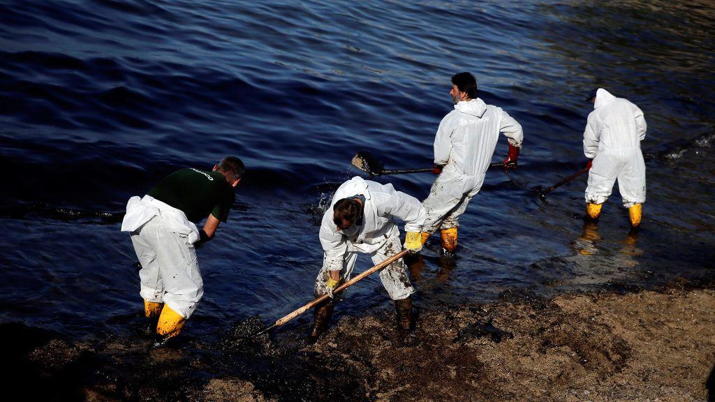 Derrame de crudo en la isla griega de Salamina