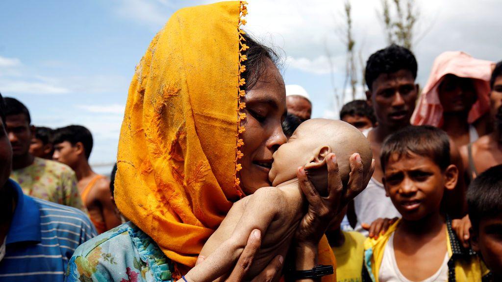 Una refugiada rohingya besa a su bebé muerto tras el hundimiento de su barco en la costa de Shah Porir Dwip