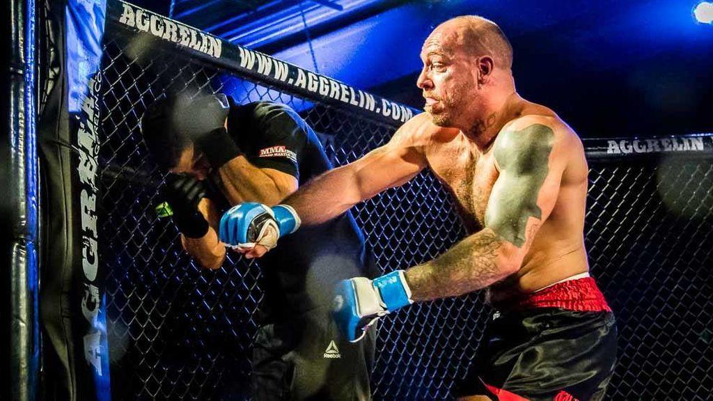 ¡Un luchador de MMA le pega un brutal puñetazo al árbitro por no parar la pelea a tiempo!