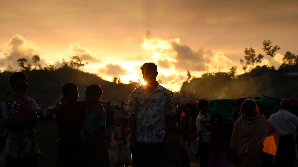 Refugiados Rohingya esperan ayuda en un campamento improvisado de Bangladesh