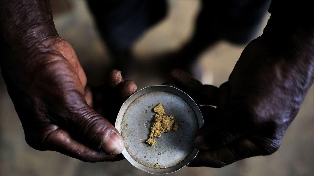 Un minero sujeta una pieza de oro antes de venderla en Brasil