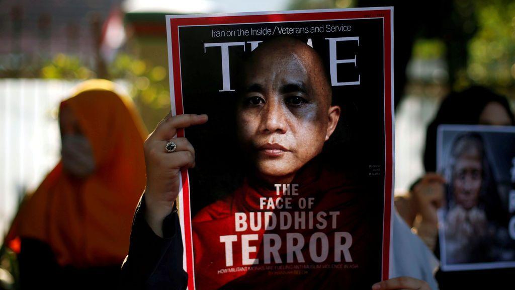 Un estudiante musulmán sostiene un cartel cerca de la embajada de Myanmar durante una protesta contra el tratamiento de la minoría musulmana de Rohingya