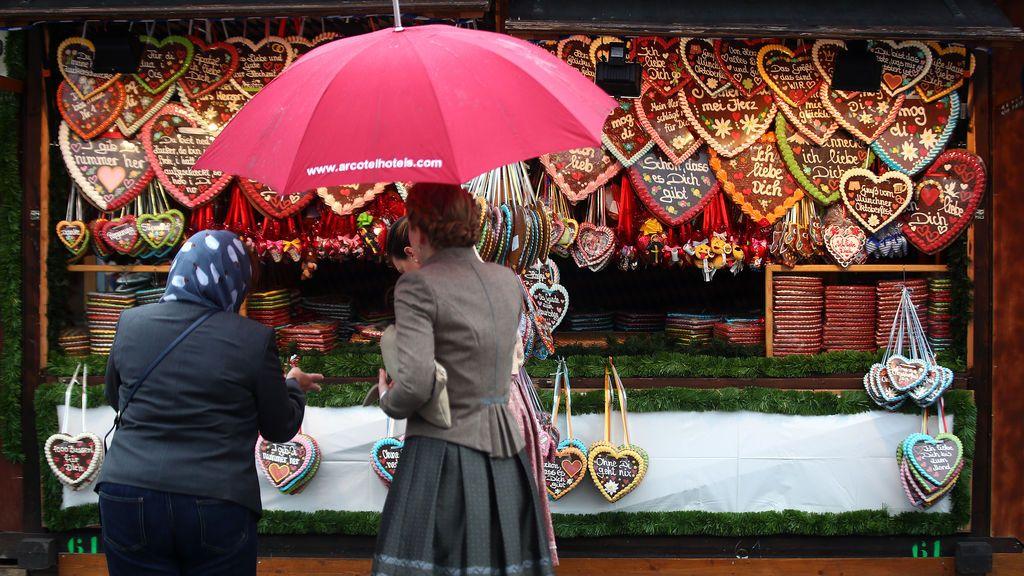 Visitantes al Oktoberfest observan el pan de jengibre