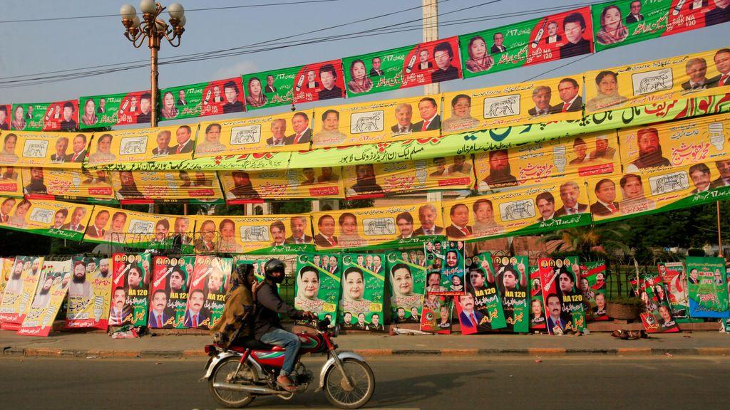 Dos ciudadanos visitan la ciudad de Lahore, vacía y a la espera de las elecciones.