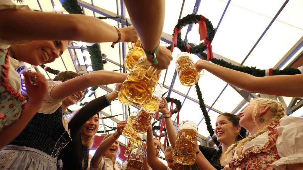 Participantes en la Oktoberfest de Munich disfrutan de la festividad