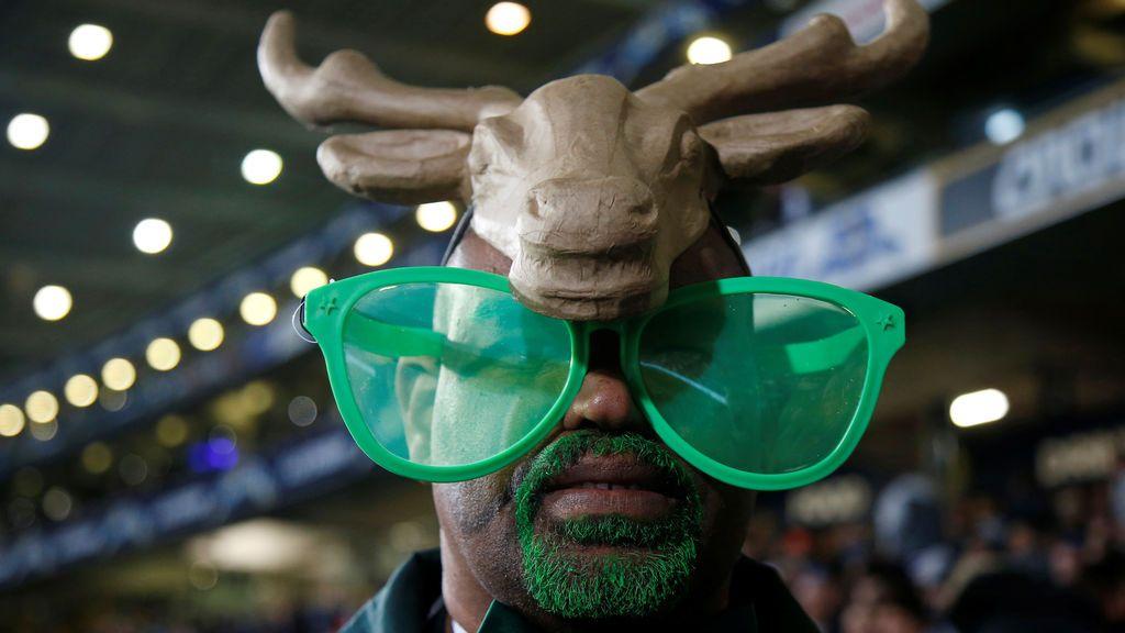 Un fanático de los South Africa's Springboks lleva puesto unos accesorios muy llamativos y desde aquí anima a la gente