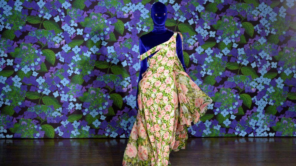 Una modelo desfila con el vestido del diseñador Richars Quinn's para la colección primavera verano