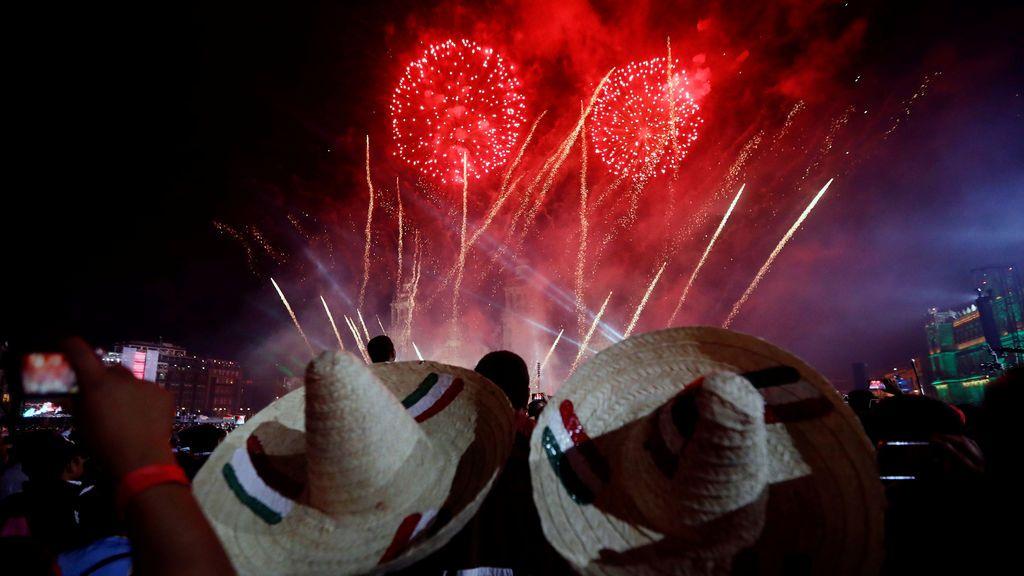 Dos hombres visten un sombreo mexicano mientras disfrutan de los fueros artificales