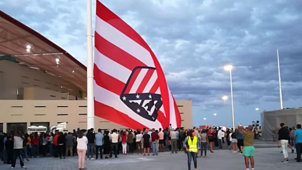 El fail del Atlético al izar su bandera en el Wanda Metropolitando… ¡Al revés!