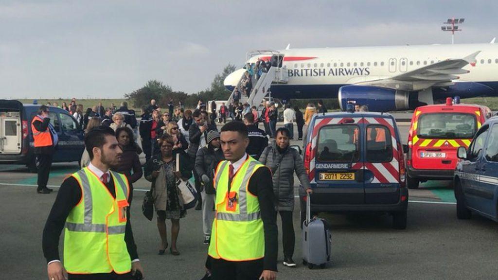 """Evacúan un avión en aeropuerto Charles de Gaulle de París por una """"amenaza directa"""""""