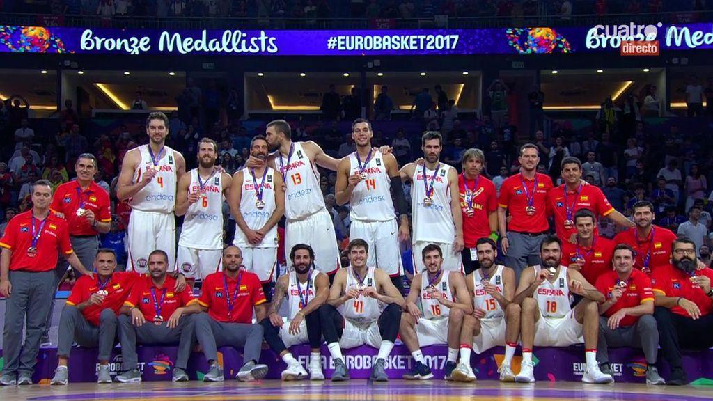 La entrega de la medalla de bronce del Eurobasket a la Selección española