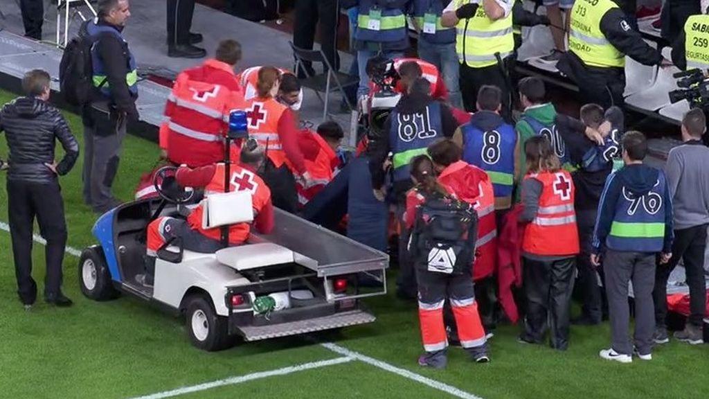 ¡Cae la grada del fondo improvisado de Anoeta sobre un operador de cámara tras el empate de la Real!